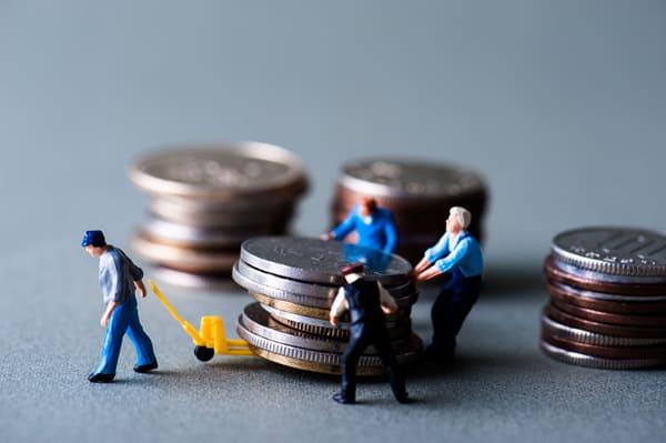 借金を背負う人のイメージ