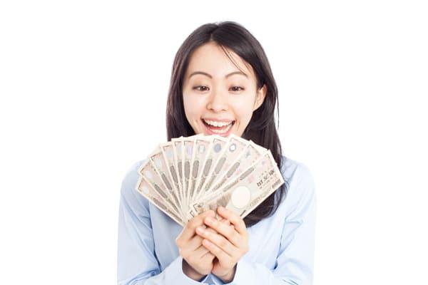 現金をゲットして喜ぶ女性